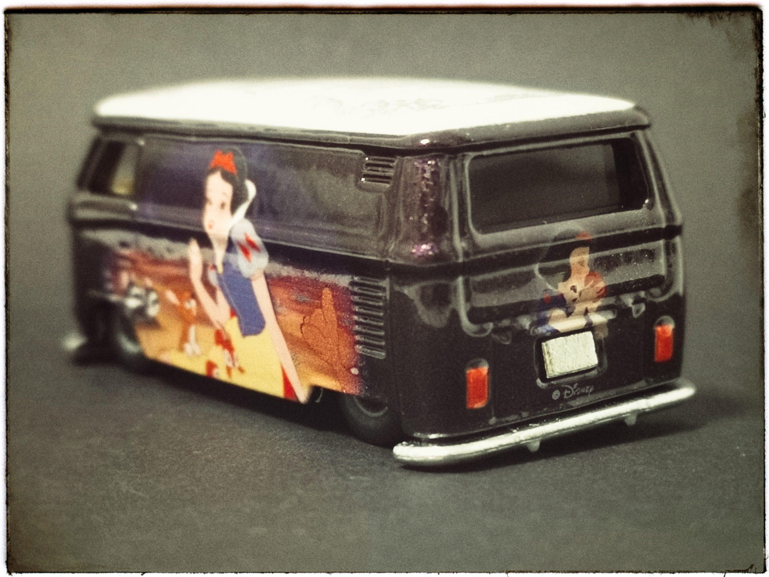 Hot Wheels Volkswagen T1 Panel Bus (FKY34) 2018 Pop Culture: Disney Snow White (1/5) metallic purple VW back angle