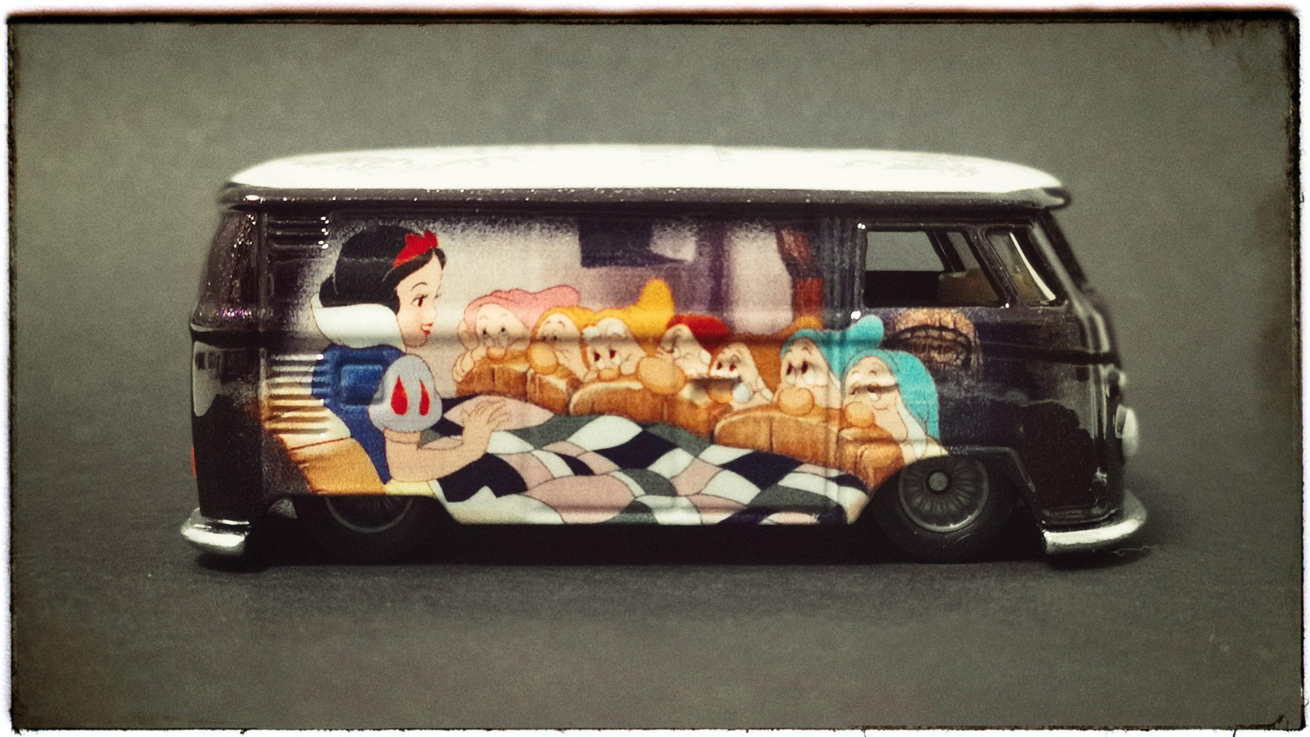 Hot Wheels Volkswagen T1 Panel Bus (FKY34) 2018 Pop Culture: Disney Snow White (1/5) metallic purple VW side