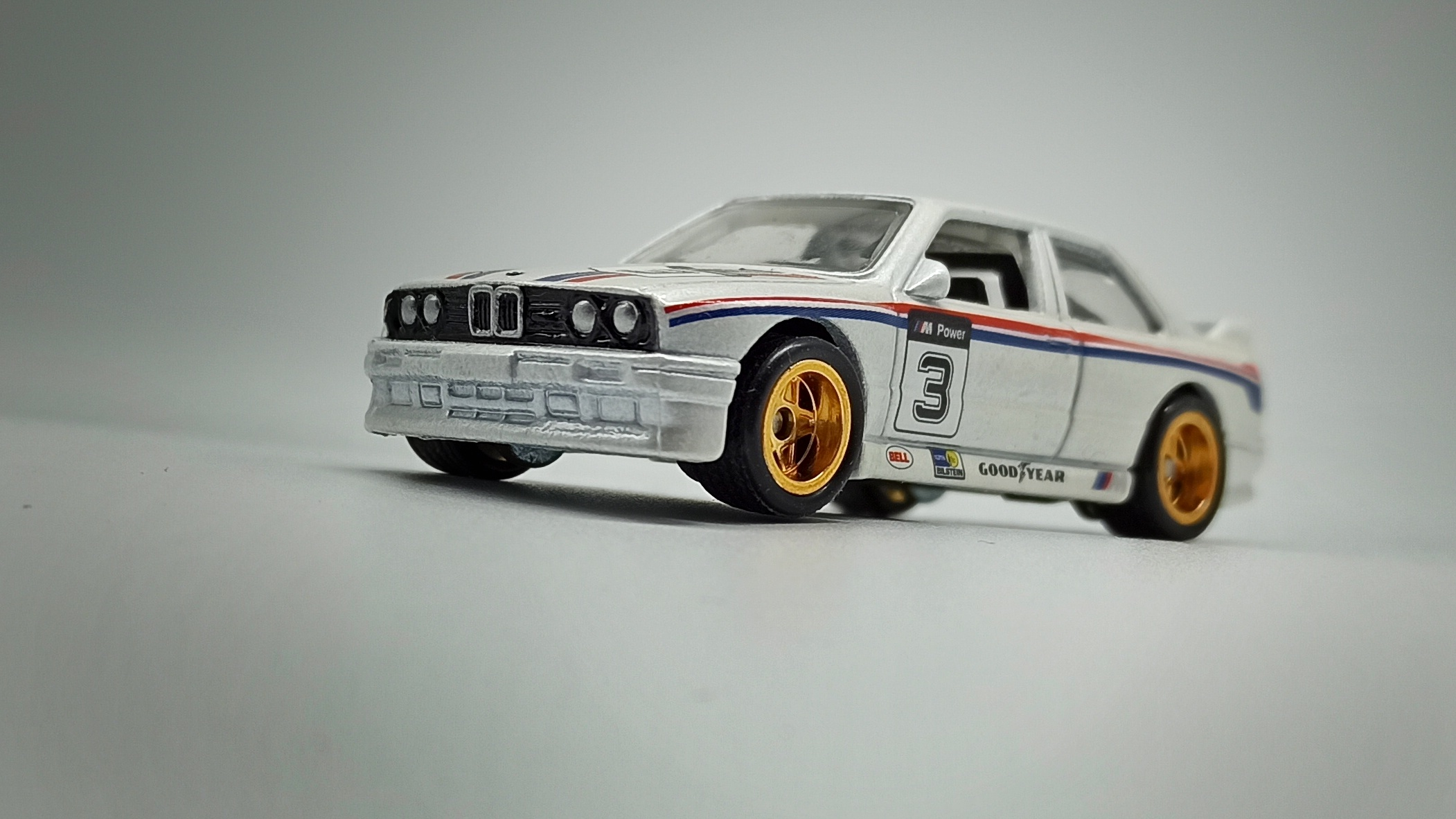 Hot Wheels Racing: Road Racer '92 BMW M3 (W8303) 2012 metalflake white front angle