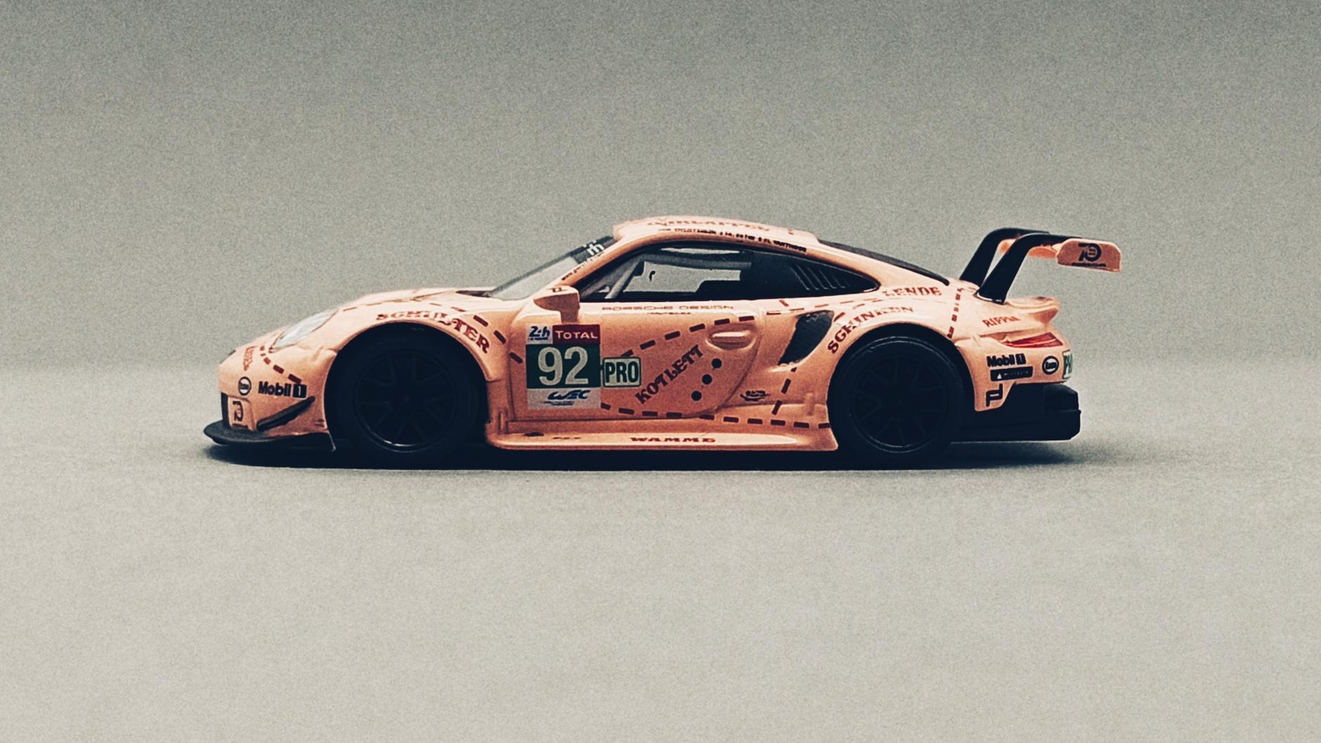 Spark Models Porsche 911 RSR (Y122) 2018 pink (pig tribute) Sparky side