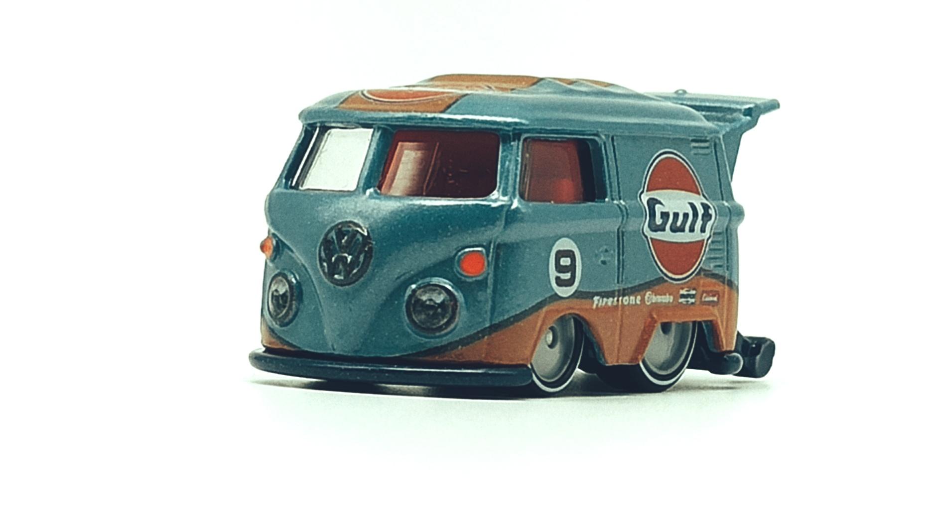 Hot Wheels Volkswagen Kool Kombi spectraflame light blue (Gulf) Custom VW front angle
