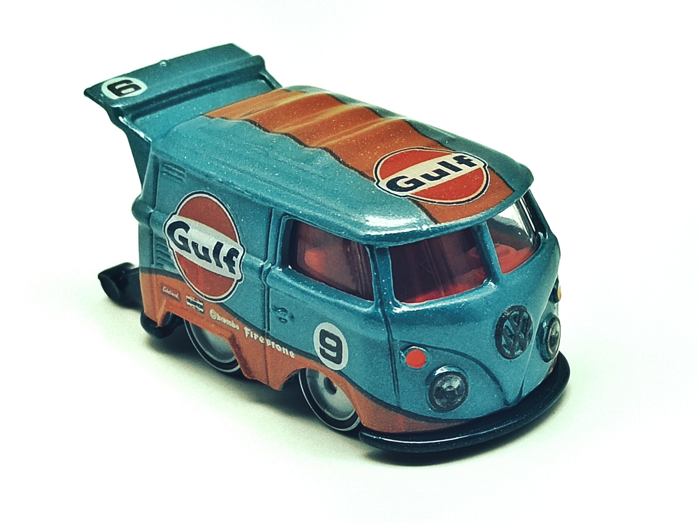 Hot Wheels Volkswagen Kool Kombi spectraflame light blue (Gulf) Custom VW top angle