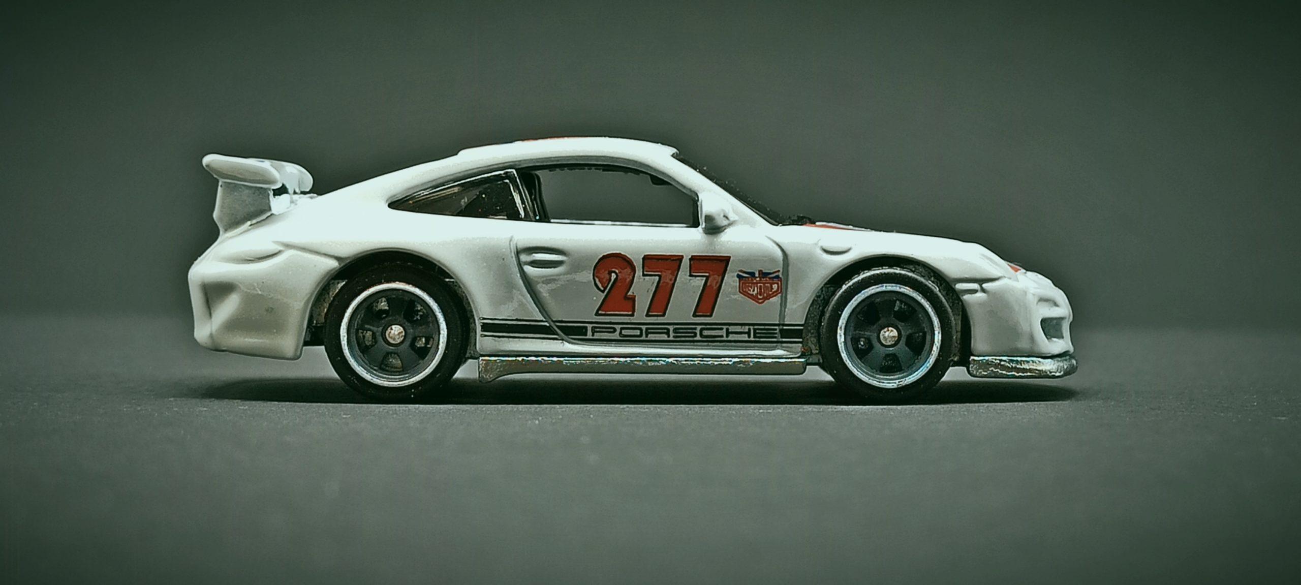Hot Wheels Porsche 911 GT3 RS (2011 model) (DJF85) 2016 Car Culture: Euro Style (2/5) pearl white Magnus Walker Urban Outlaw side