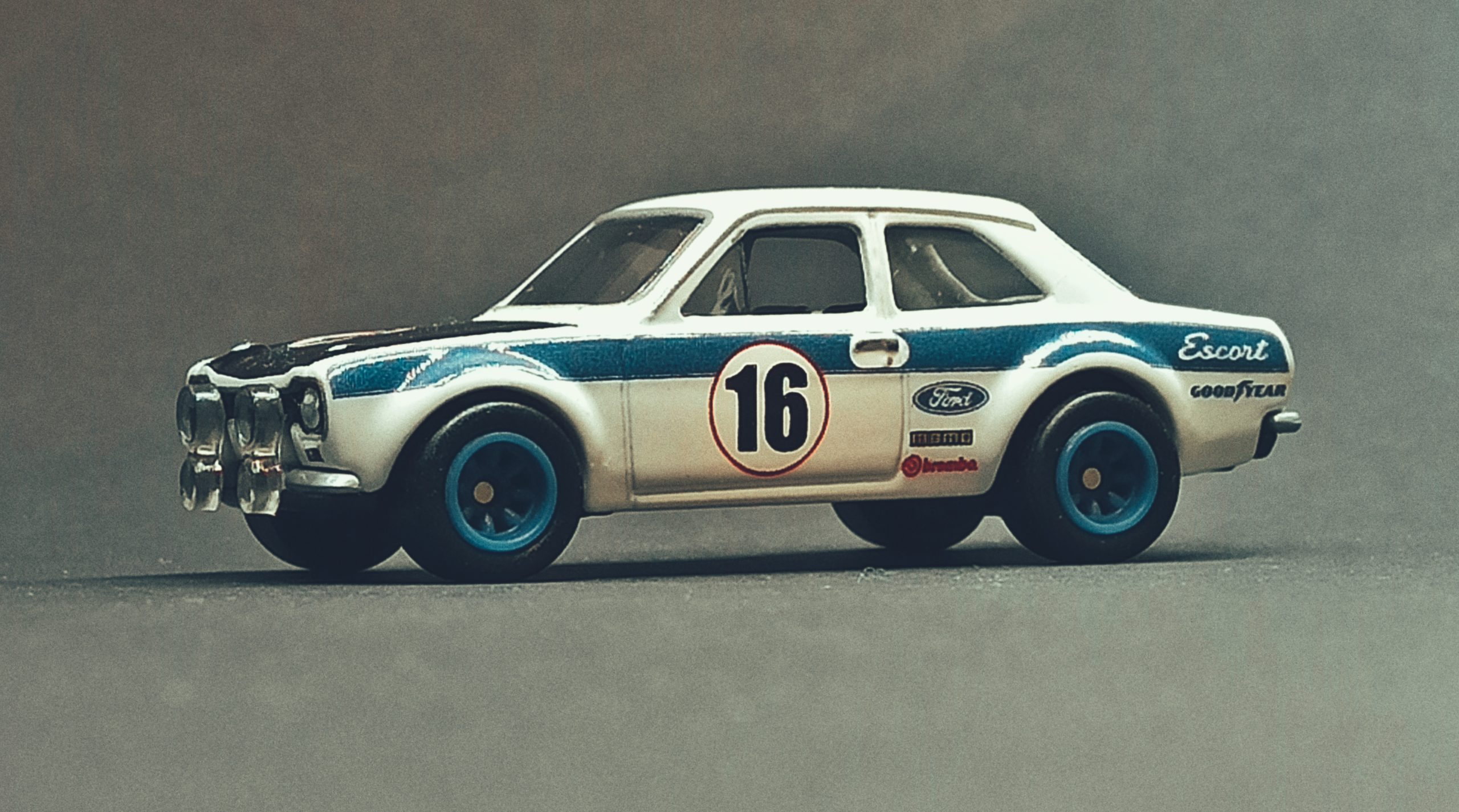 Hot Wheels '70 Ford Escort RS1600 2021 Ford Race Team Collector Set white side angle
