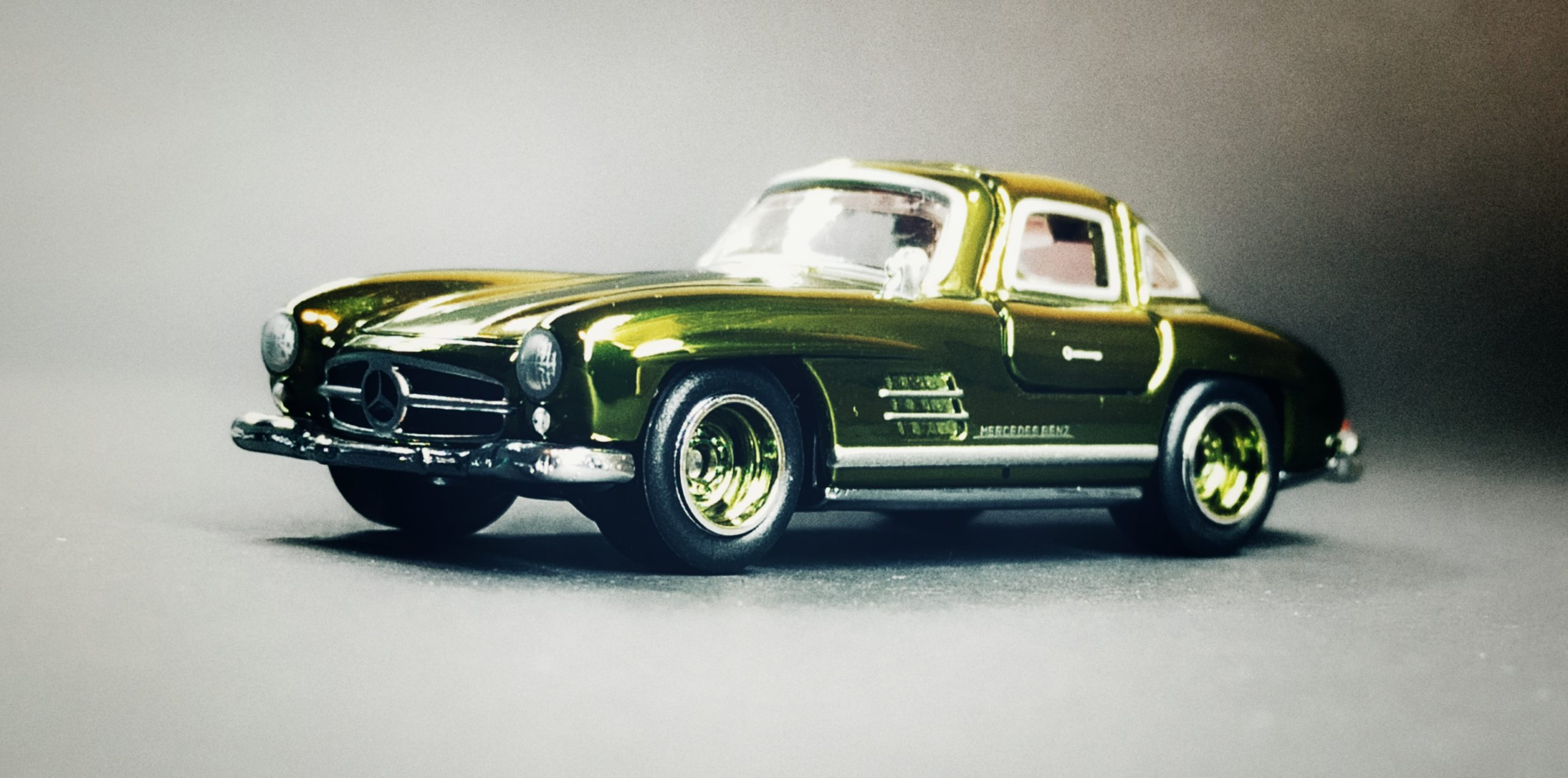 Hot Wheels '55 Mercedes-Benz 300 SL (GDF83) 2019 RLC Exclusive (1 of 12.500) spectraflame green side angle