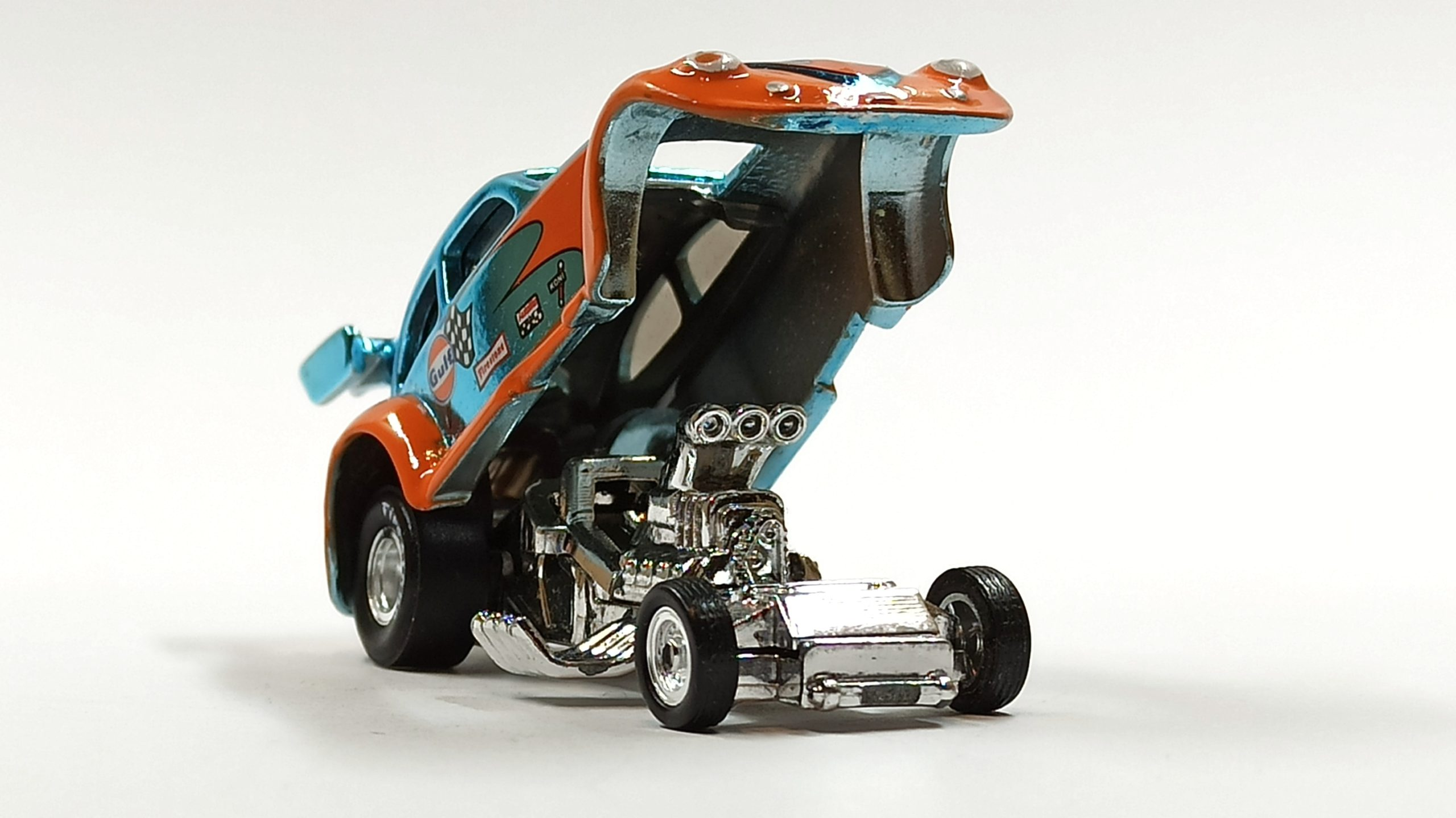 Hot Wheels Custom '56 Volkswagen Drag Beetle (Y0452) 2013 HWC Gulf Racing (3/4) (1 of 4.000) spectraflame light blue (Gulf) front angle open chassis