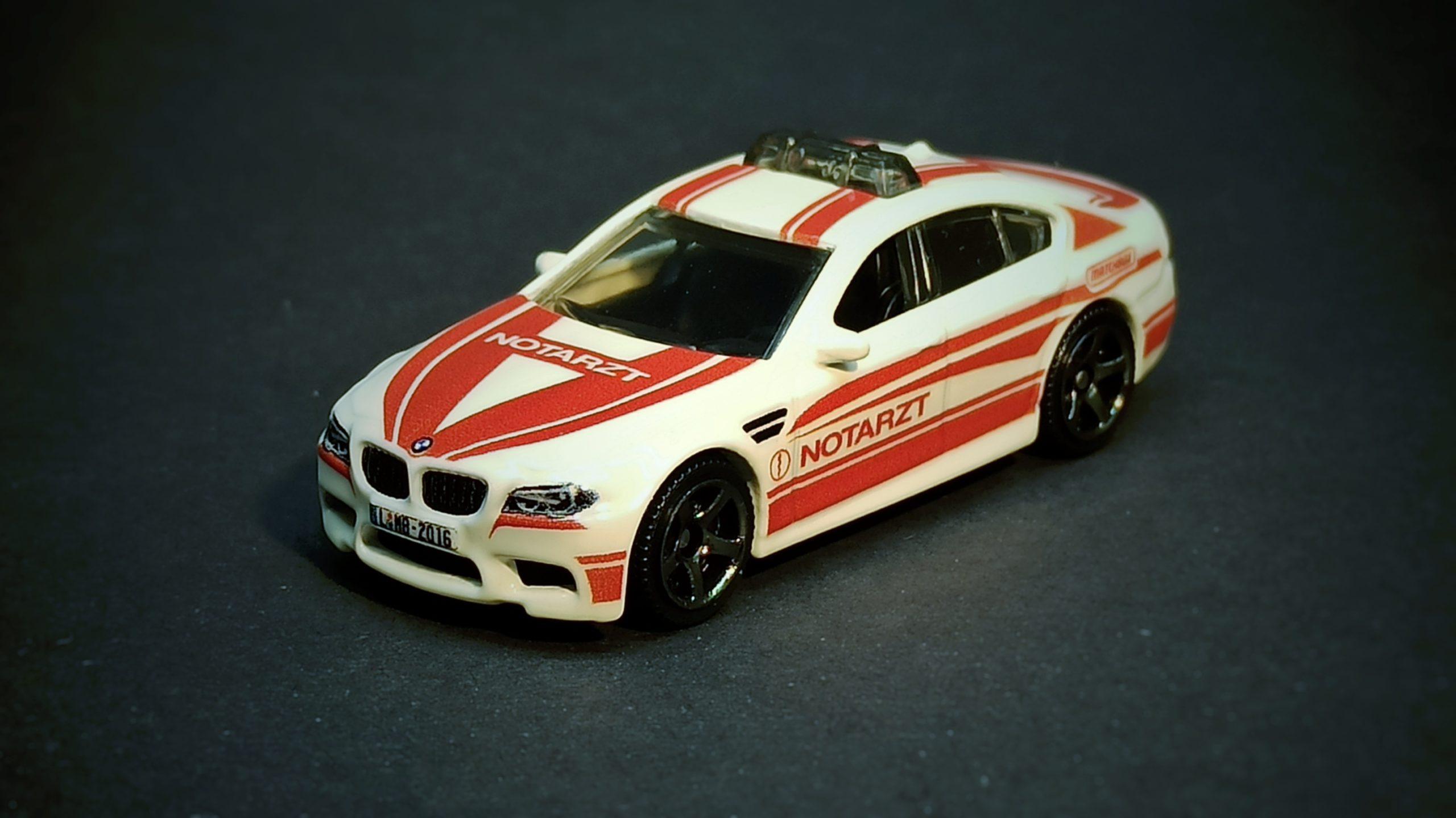 "Matchbox BMW M5 Police 2016 Toy Fair ""Modell Hobby Spiel"" Leipzig white MBX Notarzt top angle"